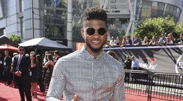 Spevák Usher odovzdával jednu z cien ESPY Awards.
