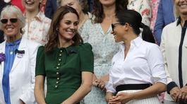 Švagriné a vojvodkyne Kate (vľavo) a Meghan sa dobre spolu zabávali, živo konverzovali a užívali si atmosféru zápasu.