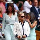 Legenda tenisu Martina Navrátilová a jej manželka Julia Lemigova prichádzajú na finále ženskej dvojhry vo Wimbledone.