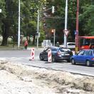 VIDEO: Stroje sa zahryznú do ďalšej križovatky v Bratislave