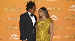 Manželksý pár Jay-Z a Beyonce pózujú fotografom na premiére Levieho kráľa.