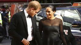 Princ Harry a jeho manželka Meghan, vojvodkyňa zo Sussexu. Oblečená v kreácii Jason Wu.