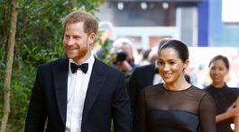 Princ Harry a jeho manželka Meghan, vojvodkyňa zo Sussexu v kreácii od Jasona Wu.
