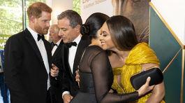 Princ Harry sa zhovára so šéfom štúdií Disney Robertom Igerom, kým jeho manželka Meghan, vojvodkyňa zo Sussexu sa objíma so speváčkou Beyonce.