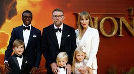 Režisér Guy Ritchie a jeho manželka Jacqui Ainsley s ratolesťami prišli na premiéru Levieho kráľa.
