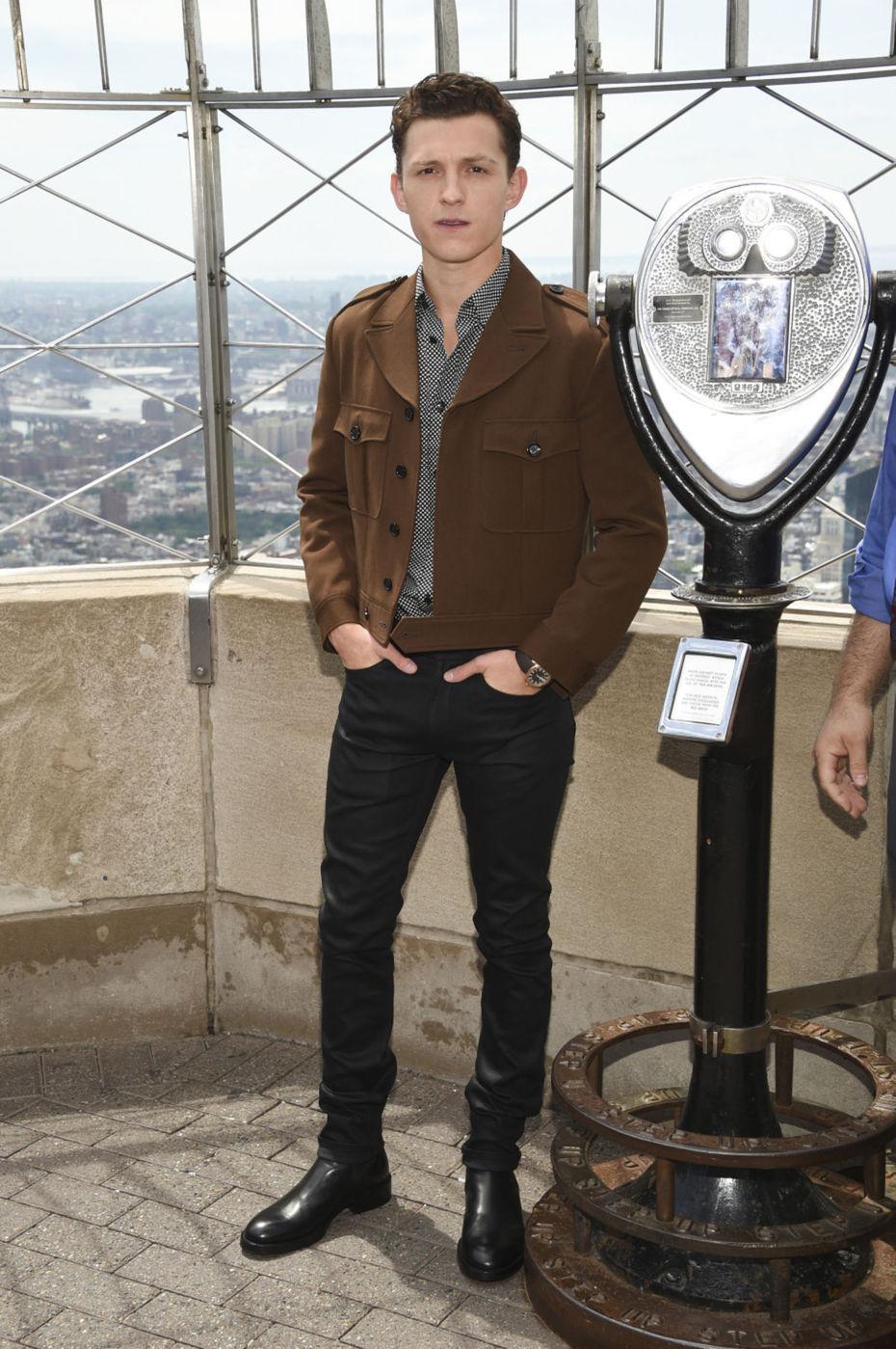 Herec Tom Holland na vrchole mrakodrapu Empire...