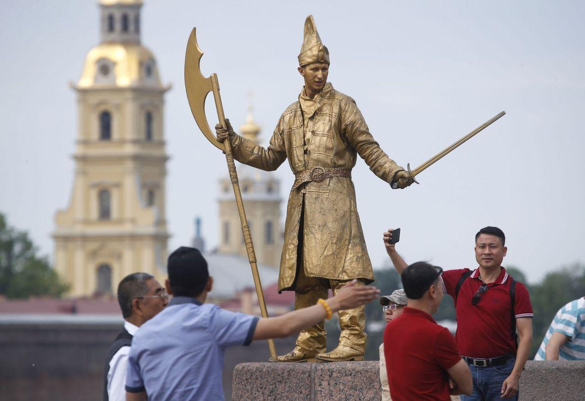 Rusko, Petrohrad, čínski turisti, Číňania, fotky, fotenie, selfie, živá socha