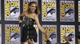 Herečka Natalie Portman sa zdraví s fanúšikmi. Oblečená je v šatách z dielne Dior.