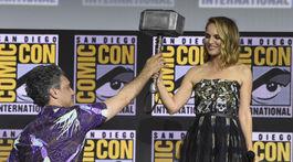 Režisér Taika Waititi podáva Thorovo kladivo herečke Natalie Portmanovej.