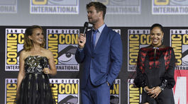Zľava: Herečka Natalie Portman, herec Chris Hemsworth a herečka Tessa Thompson.