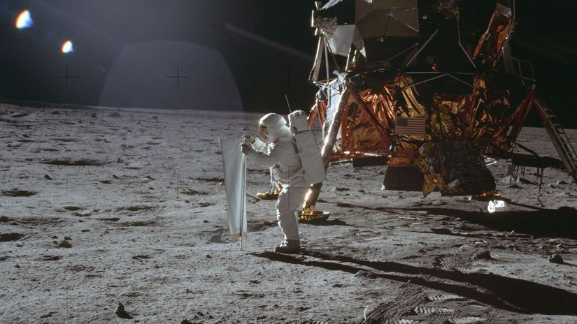 Mesiac / pristátie /