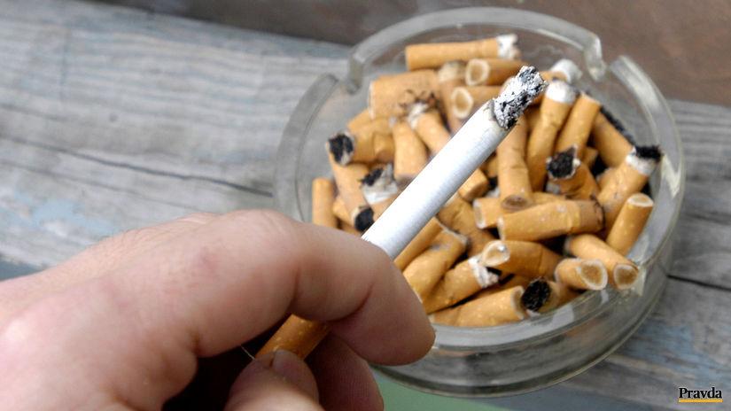cigareta / popolník / fajčenie / dym /