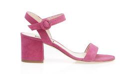 Inšpirácia 60-tymi rokmi: Sandále na hrubšom podpätku len s pár remienkami. Inšpiráciu prinášajú aj dnes. Model na snímke Liu Jo,.