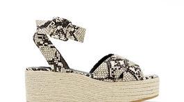 Inšpirácia 80-tymi rokmi: Sandále na platforme s variáciou na zvieraciu potlač z dielne značky Mango.