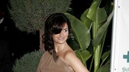 Herečka Penelope Cruz v roku 2007 predvádzala takéto asymetrické šaty na jedno rameno.