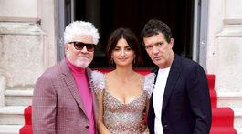 Zľava: Režisér Pedro Almodovar, herečka Penelope Cruz a herec Antonio Banderas.