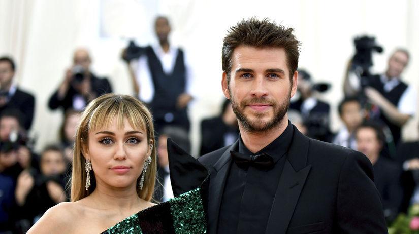 Speváčka Miley Cyrus a jej partner Liam Hemsworth.