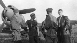 SNP,  Letisko Tri Duby  rozhovor CS letcov so sov. partizanmi  sept. 1944  foto Dr. Szekely