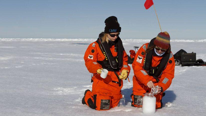 csm 20170804 Sampling Arctic sea ice 006...