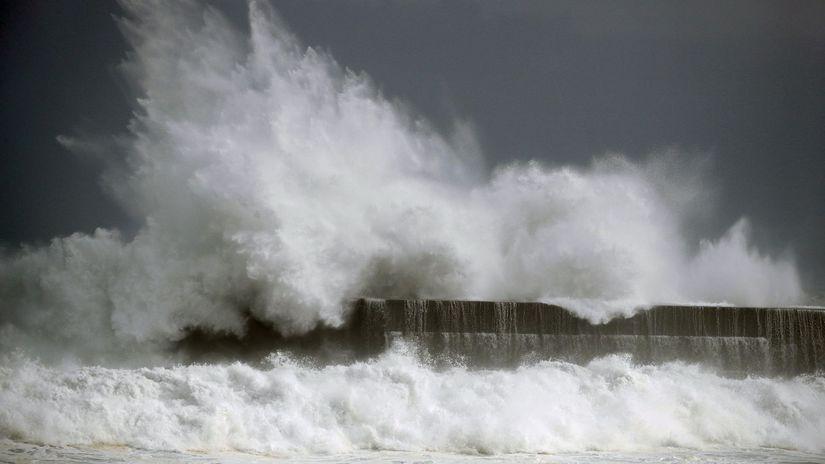 japonsko, tajfún, trpická búrka Krosa, voda,...