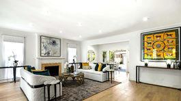 Pohľad na obývaciu časť s kozubom a jedálenským kútom.