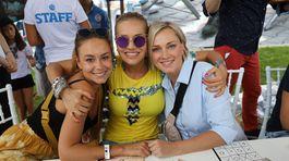 Dara Rolins (v strede) v objatí s herečkou Monikou Hilmerovou (vpravo) a Dominikou Kavaschovou.