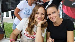 Herečky Zuzana Šebová (vľavo) a Nela Pocisková prišli rozdávať úsmevy aj podpisy.