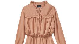Ľahké šaty Mohito s volánikmi a šnurovaním. Predávajú sa za 39,99 eura.