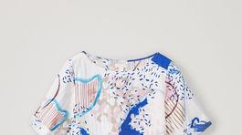 Vzorované šaty COS s krátkym rukávom. Predávajú sa za 69 eur.