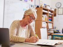 dôchodok, penzia, dôchodkyňa, dávka, financie, učiteľka, škola,