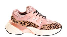 Tenisky na platforme Pinko, predávajú sa za 235 eur.