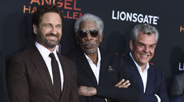 Zľava: Herci Gerard Butler, Morgan Freeman a Danny Huston pózujú fotografom.