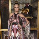 Herečka a modelka Cara Delevingne v kreácii Iris van Herpen.