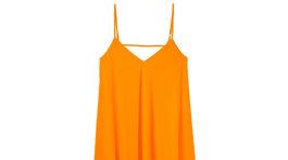 Šaty z kolekcie Mohito v žiarivej oranžovej farbe.