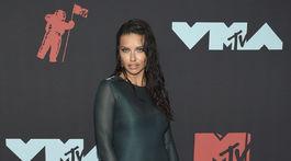 """Modelka Adriana Lima stavila na """"mokrý"""" look a šaty Sally LaPointe."""