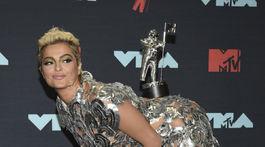 Ocenená speváčka Bebe Rexha v kreácii Christian Siriano.