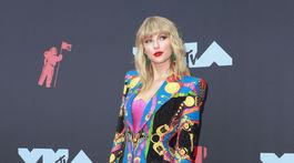 Speváčka Taylor Swift stavila na model z dielne Atelier Versace.