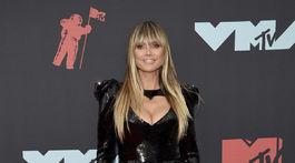 Televízna osobnosť Heidi Klum sa predviedla v šatách Nedo od Nedret Taciroglu.