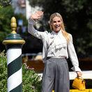Moderátorka Michelle Hunziker predvádza horúci trend - elegantné široké nohavice.