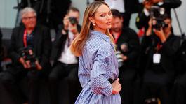 Modelka Candice Swanepoel predviedla svoje ukážkové nohy na premiére filmu Marriage Story. Kreácia je z dielne značky Etro.
