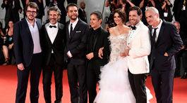Režisér Olivier Assayas (vpravo) pózuje s producentom Rodrigom Teixeirom (vľavo) a hercami Penelope Cruzovou, Edgar Ramirezom, Gael Garciom Bernalom, Wagnerom Moura a Leonardom Sbaraglia.