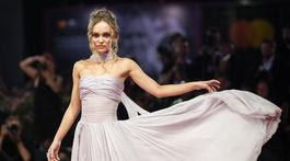 Herečka Lily-Rose Depp pózuje na premiére v kreácii Chanel Haute Couture.