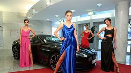 Kvarteto modeliek v úlohách bond girls pózuje pri Aston Martine v priestoroch Slovenského národného divadla.