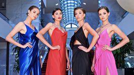 Kvarteto modeliek v úlohách bond girls pózuje v priestoroch Slovenského národného divadla.