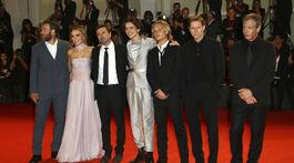 Zľava: Herec Joel Edgerton, herečka Lily-Rose Depp, režisér David Michod a herci Timothee Chalamet, Tom Glynn-Carney, Sean Harris a Ben Mendelsohn.