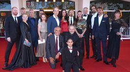 Delegácia filmu Pomaľované vtáča na slávnostnej premiére filmu v Benátkach.