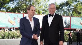 Herci Julian Sands (vľavo) a Stellan Skarsgard spoločne na premiére filmu Pomaľované vtáča.