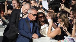 Herci Stellan Skarsgard (v pozadí) a Udo Kier sa neváhali fotiť s fanúšikmi.
