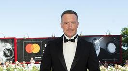 Herec Aleksei Kravchenko na premiére filmu Pomaľované vtáča v Benátkach.