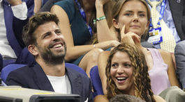 Futbalista Gerard Pique a jeho partnerka Shakira v hľadisku. Nad nimi sedí slovenská tenistka Daniela Hantuchová.